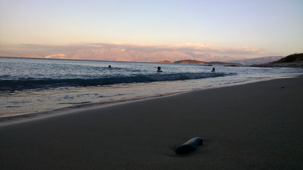 Välimeren aallot iltahämärässä.